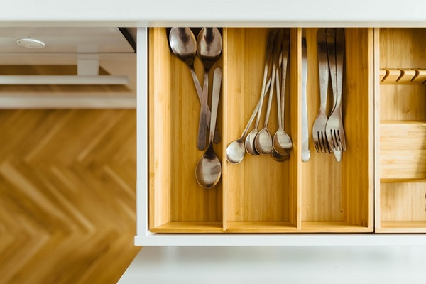 Na co zwrócić uwagę przy projektowaniu kuchni - Kuchnie Pinio przypomina osztućcach