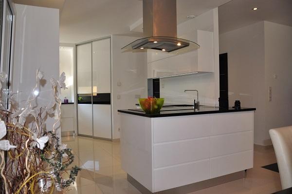 Biała kuchnia - producent Kuchnie Pinio - białe meble kuchenne.