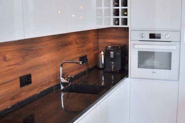 Drewno dokuchni naściane. Projekt białej kuchni Kuchnie Pinio.