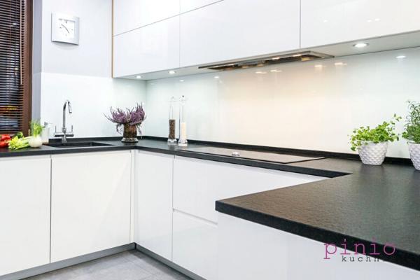 Projekt mebli kuchennych nawymiar - biała zabudowa kuchenna zczarnym blatem. projektowanie kuchni Sosnowiec wwykonaniu Kuchnie Pinio.