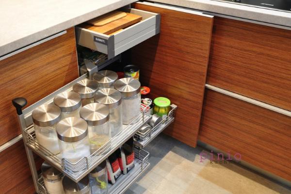 brązowe meble kuchenne inspiracje, brązowe szafki kuchenne, biały blat dobrązowych szafek, jasny brąz, szafki typu cargo, szafki bezuchwytów, projektowanie kuchni, Kuchnie Pinio