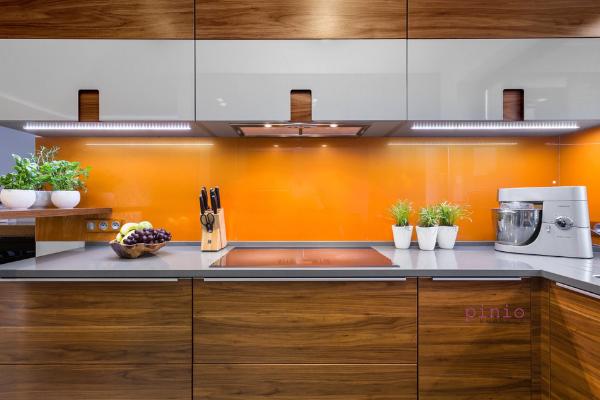 brązowe meble kuchenne inspiracje, brązowe szafki kuchenne jaki blat, brązowe szafki kuchenne jaki kolor ścian, pomarańczowa ściana, oranż, kuchnia wykonana przezKuchnie Pinio