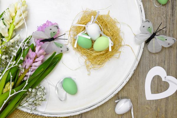 Dekoracje wielkanocne na stół w kuchni. Dekoracja talerza na Wielkanoc - projekt wystroju kuchni od Kuchnie Pinio.
