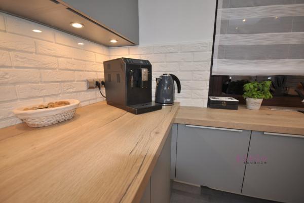 Szare meble kuchenne - jaki blat wniedużej kuchni? Jasny blat kuchenny rozjaśni przestrzeń. Projektowanie kuchni zgłową :)