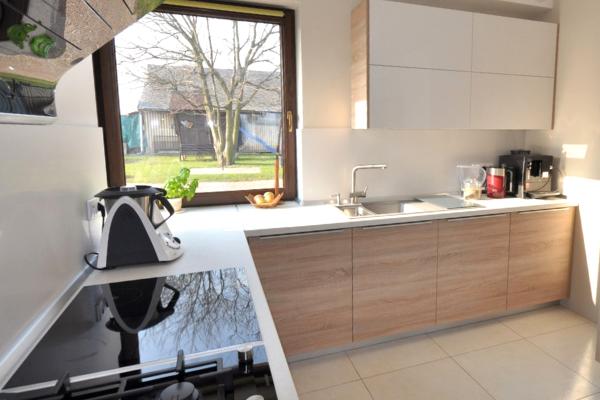 projekt kuchni kwadratowej zoknem - kuchnia wkształcie litery L, projekt kuchni wwykonaniu Kuchnie Pinio