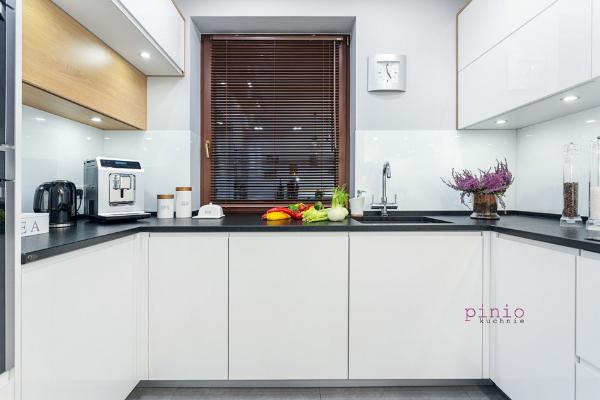 projekt kuchni kwadratowej zoknem - kuchnia wkształcie litery U, biała kuchnia, projekt kuchni wwykonaniu Kuchnie Pinio