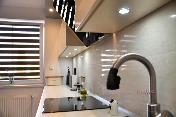 projekt kuchni kwadratowej zoknem wmałym mieszkaniu lub kawalerce, mała kuchnia, projekt kuchni wwykonaniu Kuchnie Pinio