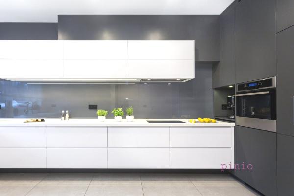 Kuchnia wstylu ZEN - biała kuchnia zdrewnianymi elementami - projektowanie kuchni Katowice byKuchnie Pinio.