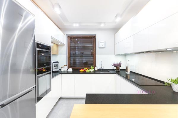 Kuchnia wstylu ZEN - biała kuchnia zdrewnianymi elementami - projekt kuchni odKuchnie Pinio.