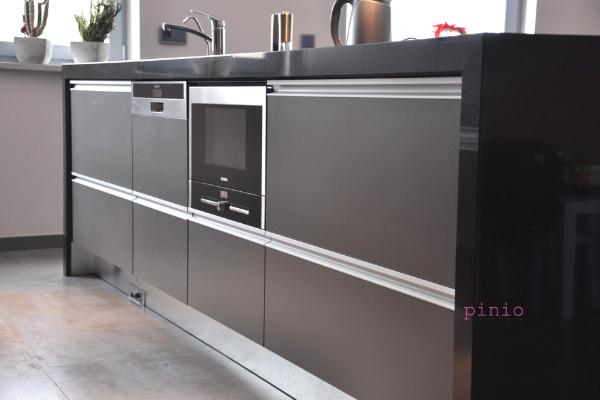 Listwa uchwytowa przy szarych meblach nawymiar - projekt kuchni Kuchnie Pinio