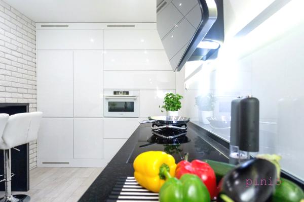 System klik-klak - meble kuchenne otwierane przezdotyk wprojekcie kuchni Kuchnie Pinio.