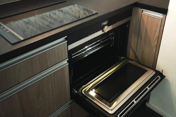 Kuchnia wmieszkaniu nawynajem - kuchnia wzabudowie zpiekarnikiem odKuchnie Pinio Tychy