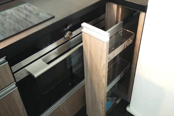 Kuchnia wmieszkaniu nawynajem - szafki typu cargo wprojekcie zSosnowca.