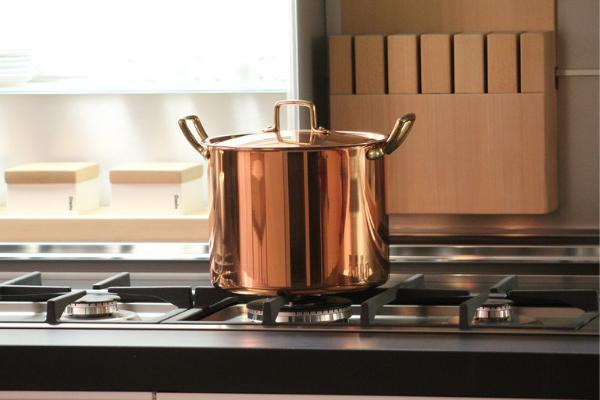 Kuchnie 2020 trendy - mosiądz imiedź wewnętrzach kuchennych, projektowanie kuchni.