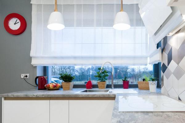 Modne kolory dokuchni 2020 - biały, beżowy, brązowy, szary. Kuchnie nawymiar Kuchnie Pinio Sosnowiec (aranżacja białej kuchni zczerwonymi dodatkami).