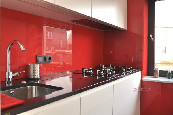 Modne kolory dokuchni 2020 - czerwony. Projekt kuchni Sosnowiec, czerwona kuchnia, czerwone płytki kuchenne - Kuchnie Pinio.
