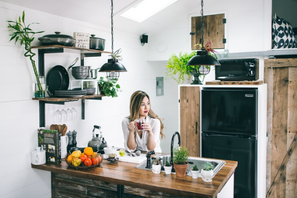 Kuchnia wstylu mid century - kuchnia wdrewnie, biała kuchnia, projekt kuchni wstylu mid century