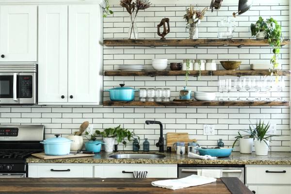Kuchnia wstylu mid century - drewniane szafki kuchenne ipółki wkuchni
