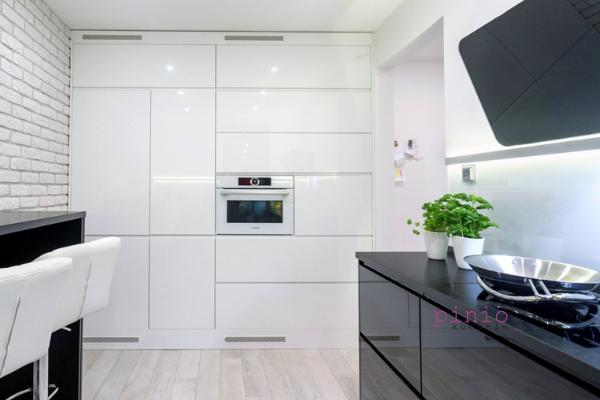 Jak dbać ofronty lakierowane białe - szafki zbiałymi frontami projekt kuchni Kuchnie Pinio.