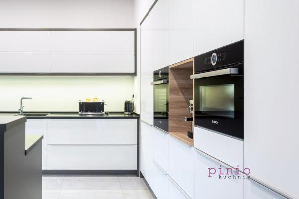 Jak dbać ofronty lakierowane wkuchni - biała kuchnia ibiałe fronty szafek kuchennych.