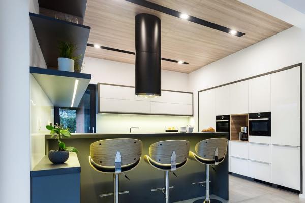 Czarny okap wyspowy tuba -czarna aranżacja kuchni